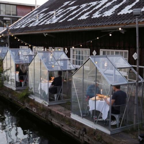 Restaurante em Amsterdã usa cabines para manter distanciamento social
