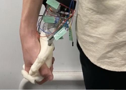 Cientistas japoneses criam mão-robô para passear com pessoas solitárias